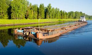 运沙船与河边茂密树林摄影高清图片