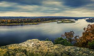 河两岸的树木植被风光摄影高清图片