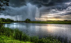 天空黑云与河边的草丛摄影高清图片