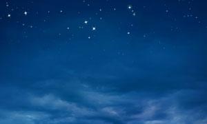 夜晚云層與滿天的繁星攝影高清圖片