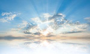 透过云层照射下来的太阳光高清图片