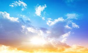 天空中形态各异的云彩逆光高清图片
