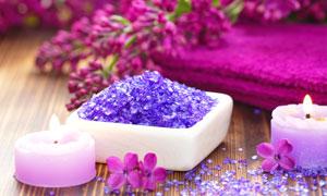 红色毛巾与紫色浴盐等用品高清图片
