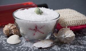 贝壳与玻璃碗里的浴盐摄影高清图片