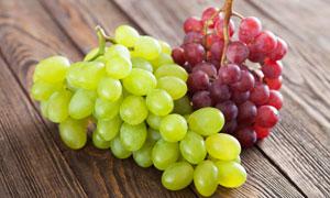 放桌面上的两种颜色的葡萄高清图片