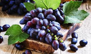 刚采摘下来放好的葡萄摄影高清图片