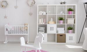 房间婴儿床置物架与落地灯高清图片