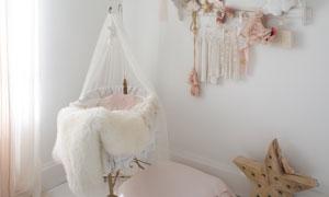 儿童房里的吊灯与摇篮摄影高清图片