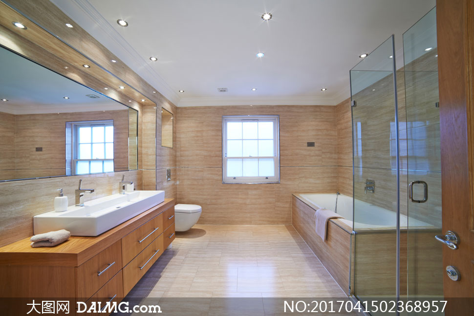卫生间大浴缸与浴室柜摄影高清图片