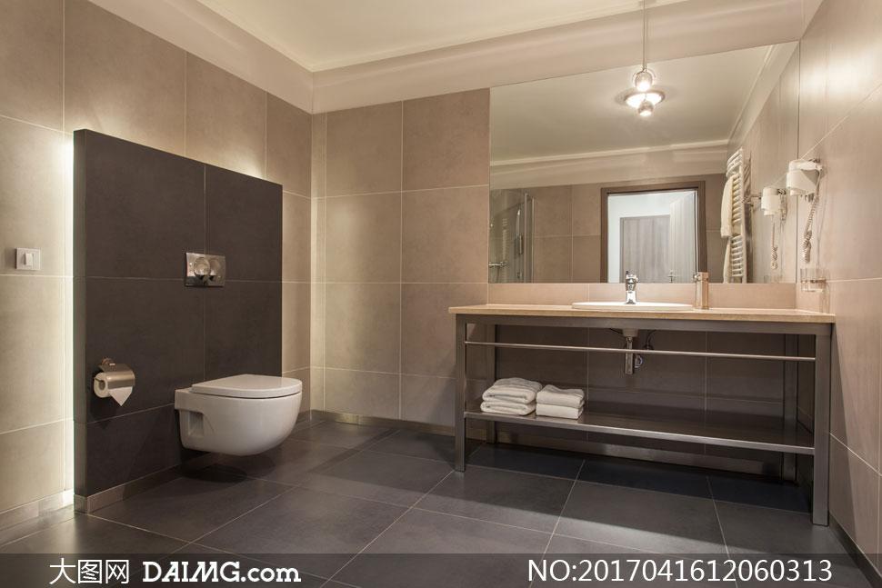 卫生间马桶与开放式浴室柜高清图片