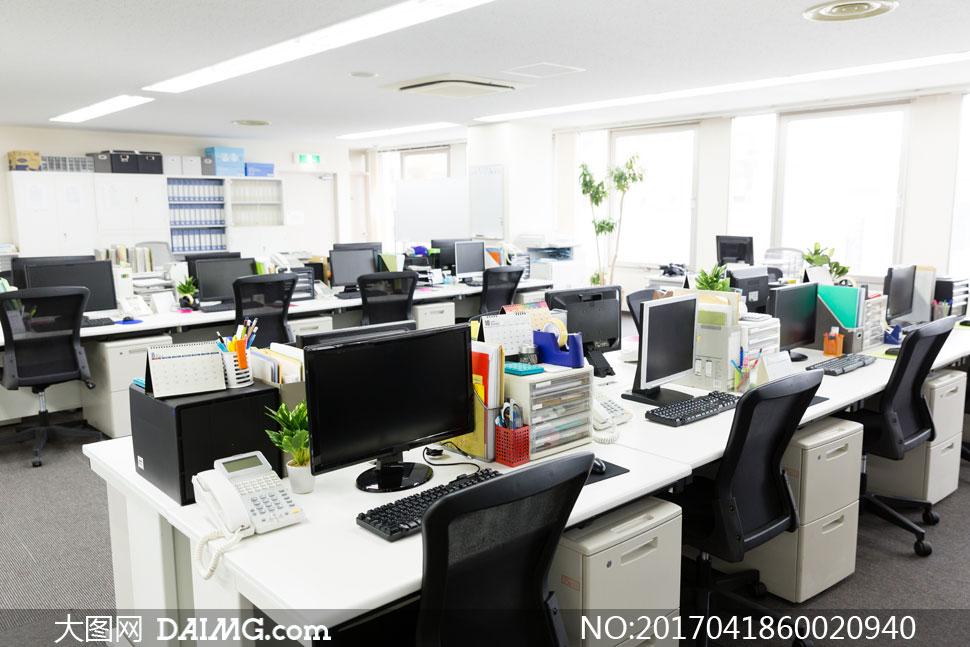 > 素材信息                          灯火通明的办公格子间摄影高清图片