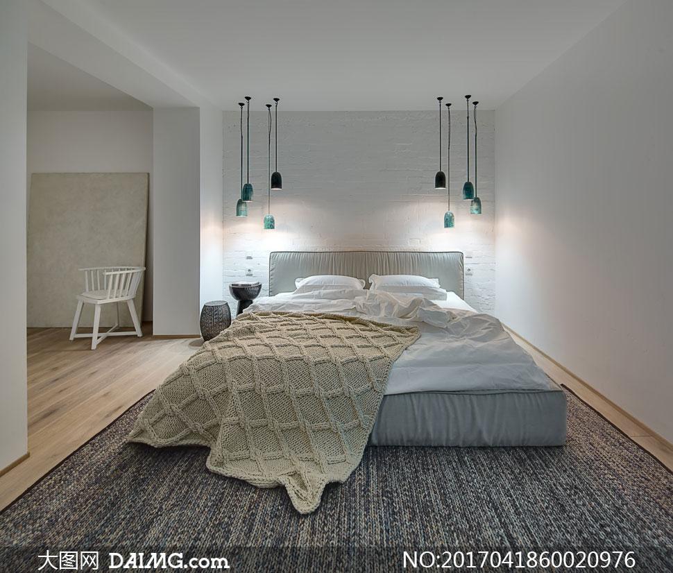 卧室吊灯与双人床布置摄影高清图片