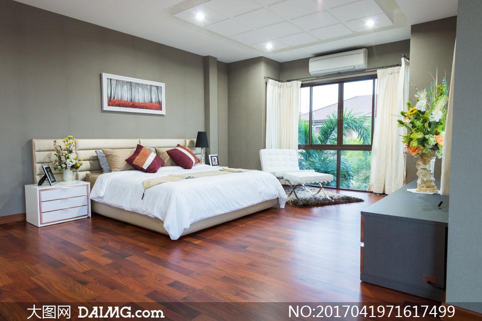 卧室双人床与鲜花摆放摄影高清图片