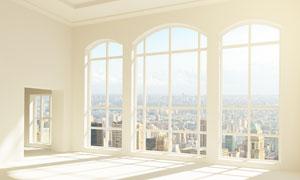 拱形落地窗外的城市建筑物高清图片