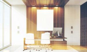 办公室桌椅与墙上的装饰画高清图片