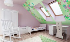 房间里的儿童床与摇椅摄影高清图片