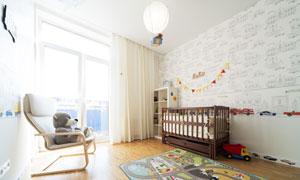 儿童房里的玩具与爬行垫等高清图片