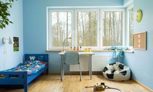 儿童房内的小床与书桌摄影高清图片