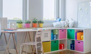 儿童房内的盆栽与桌椅摄影高清图片