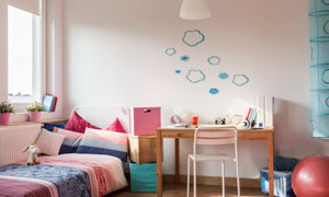 房间收纳箱与书桌椅子摄影高清图片
