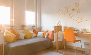房间桌椅与床上的枕头摄影高清图片