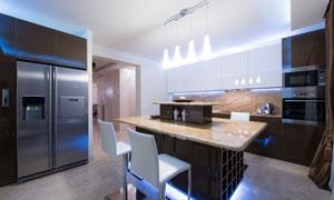 明亮灯光下的厨房内景摄影高清图片
