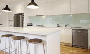 厨房吊灯下的吧台吧椅摄影高清图片