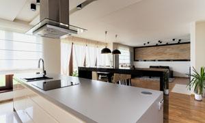 厨房操作台与餐厅桌椅摆设高清图片