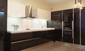 色彩对比强烈的开放式厨房摄影图片
