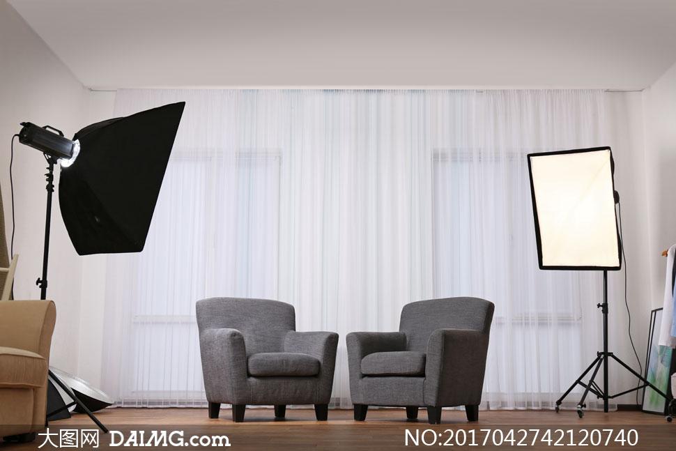 房间靠着落地窗的沙发摄影高清图片