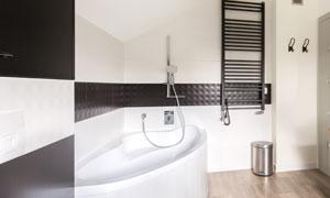 花洒浴缸与毛巾烘干架摄影高清图片