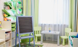 房间收纳柜与画架桌椅摄影高清图片