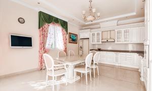 餐厅桌椅摆设与开放式厨房高清图片