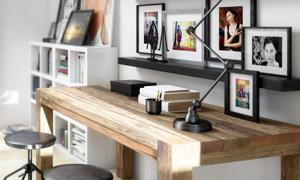 书房里的书桌与照片墙摄影高清图片