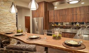 摆好餐具的开放式厨房实景高清图片
