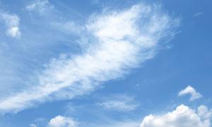 蔚蓝天空中的白色云朵摄影高清图片