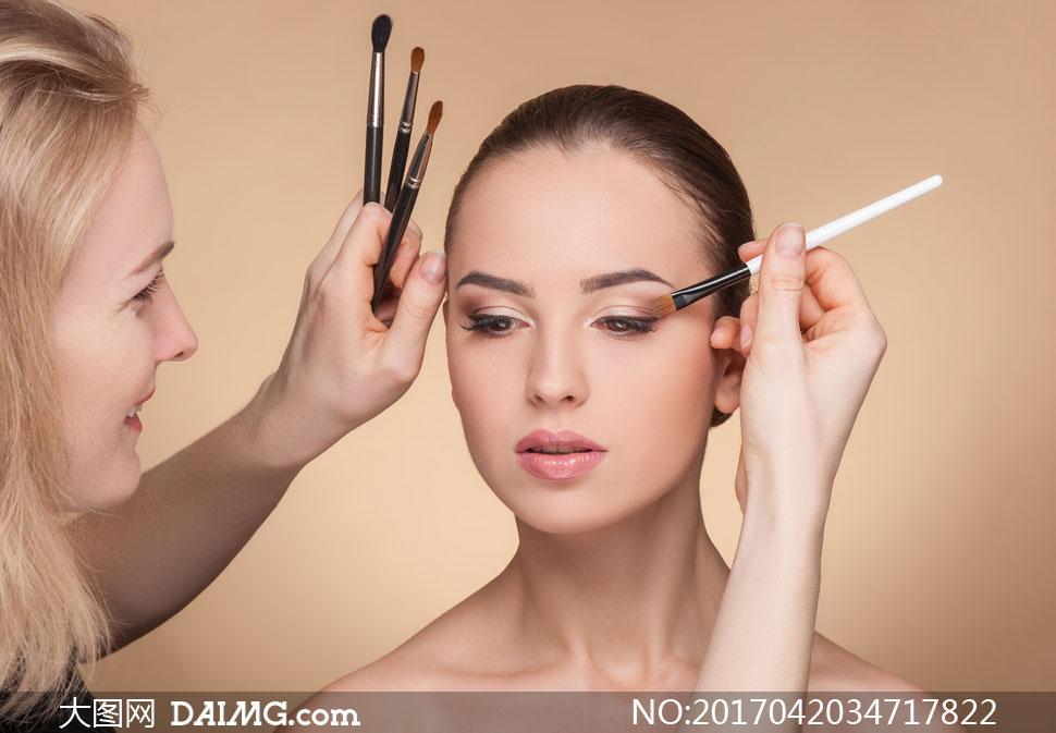 在化妆的盘发造型美女摄影高清图片 - 大图网设计素材