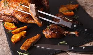 在身上抹了酱料的烤鸭摄影高清图片