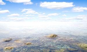 蓝天白云与清澈的海水摄影高清图片