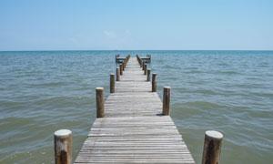 延伸到海上的木板浮桥摄影高清图片