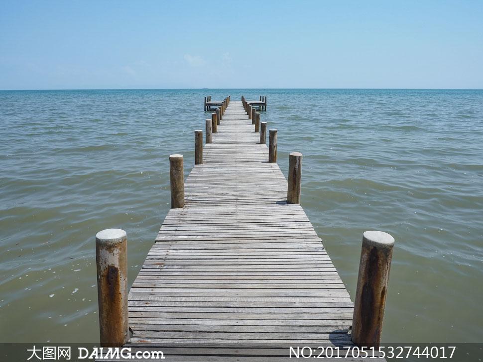 键 词: 高清大图图片素材摄影自然风景风光大海海景海面海水天空木桥