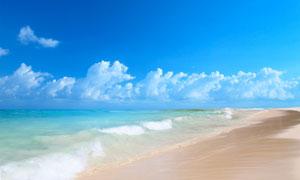 蓝天白云与涌向海边的海浪高清图片