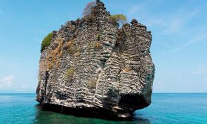 矗立在水中的巨石景观摄影高清图片