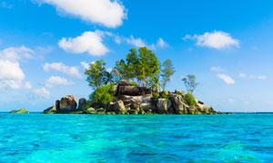 蓝天白云与海上的小岛摄影高清图片