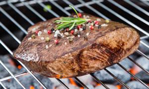 在烧烤炉上烤制的牛排摄影高清图片