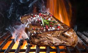大火力烤制的美味牛排摄影高清图片