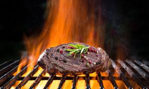 撒了佐料大火烤的牛排摄影高清图片