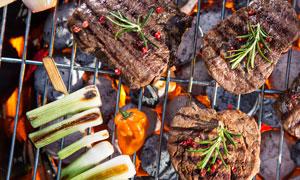 小火烤的蔬菜肉类食材摄影高清图片