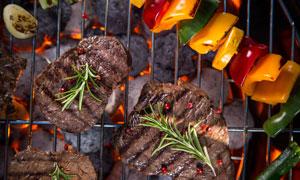 在小火烤的肉与彩椒等摄影高清图片