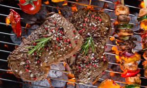 小火烤的烤肉烤串特写摄影高清图片